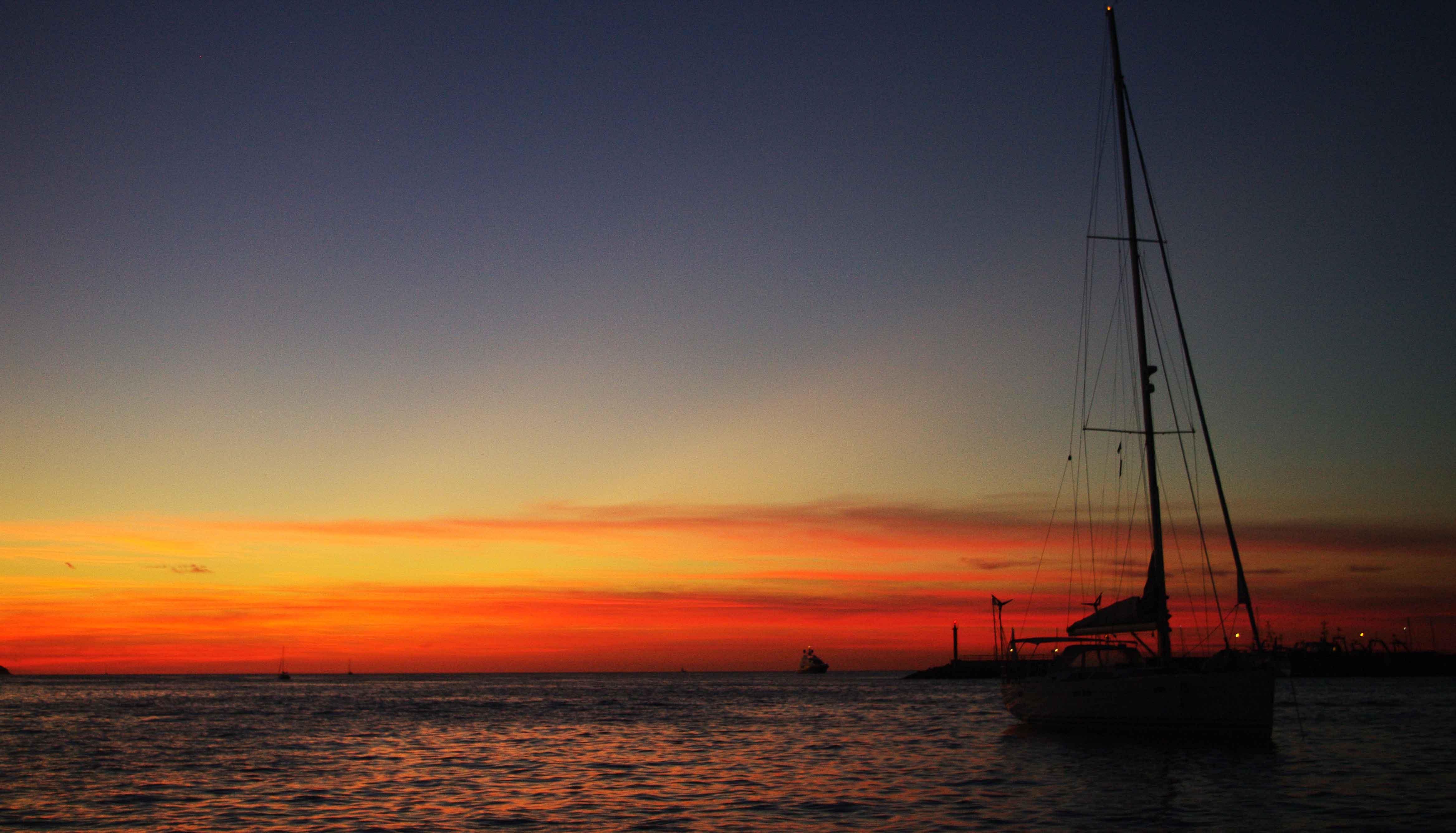 Con la opción de aprender el manejo básico de un barco velero. Brindaremos a la puesta de Sol.