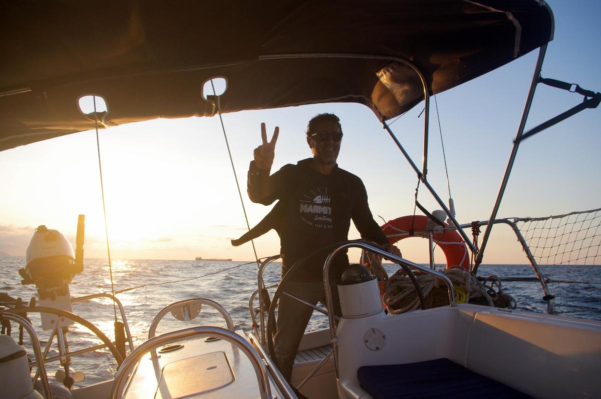 navegar en velero por el mar cantábrico